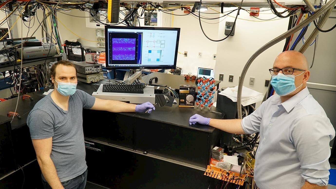 シカゴ大、半導体の単一素粒子量子メモリを制御に成功